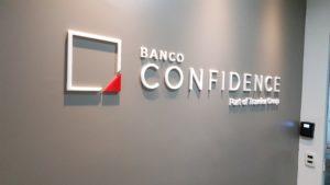 Banco Confidence Logo Letra Caixa em Acrílico
